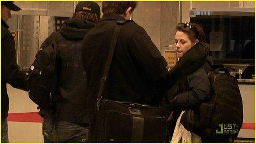 Robert Pattinson and Kristen Stewart leaving Budapest....Better video