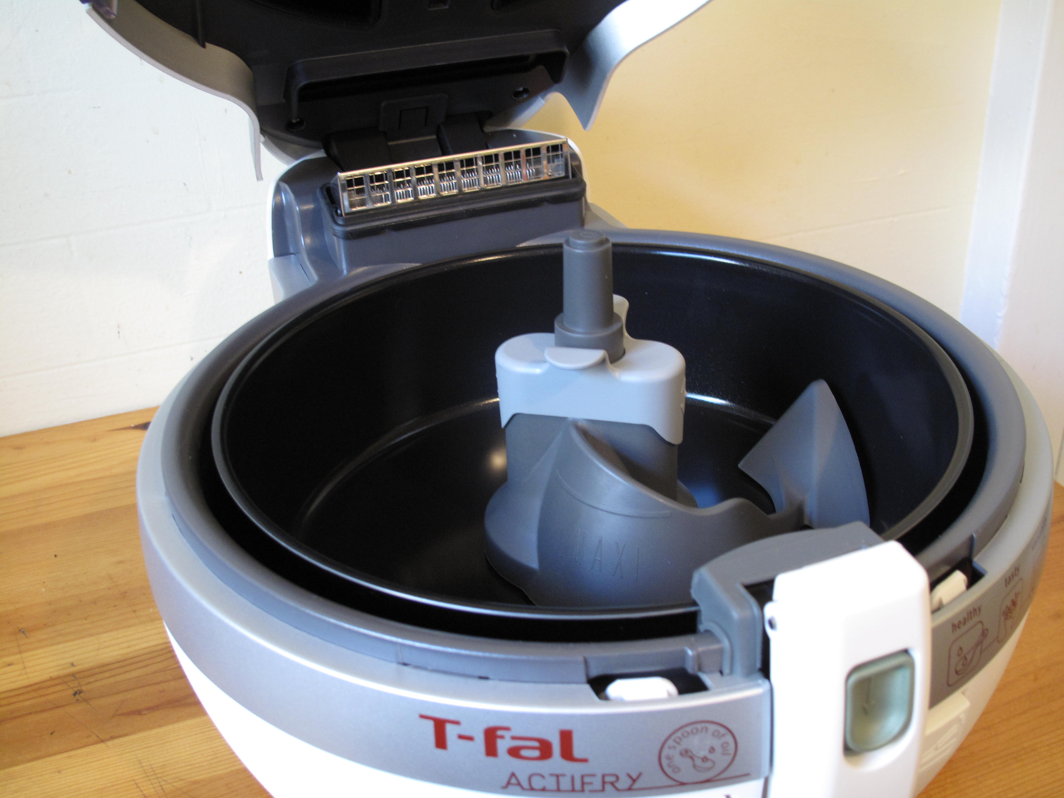 The inside of the Actifry is equipped with a removable paddle that stirs constantly when the machine is on.