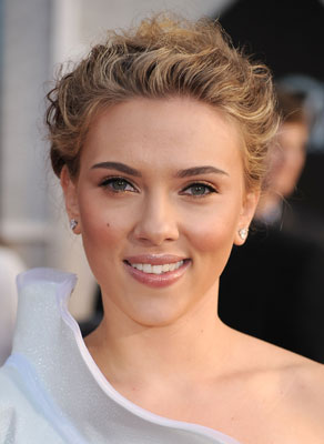 Pictures of Scarlett Johansson&#039;s Modern Bun