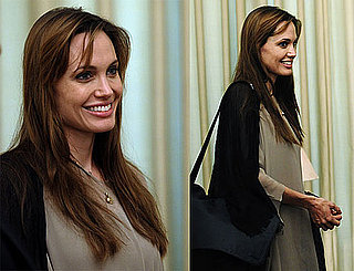 Pictures of Angelina Jolie Smiling in Pakistan 2010-09-08 09:15:00