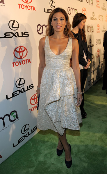 Eva Mendes loves retro-style frocks, and this origami-inspired number was her latest winning choice.