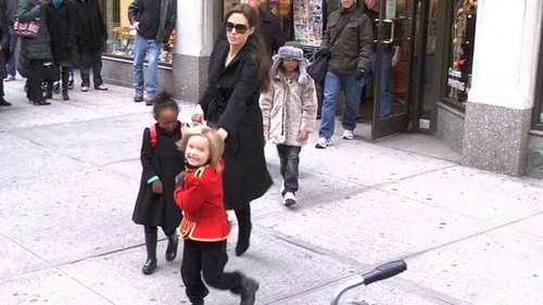 Video of Angelina Jolie With Shiloh, Zahara, Pax, and Maddox at the Art Store in New York 2010-12-07 14:37:01