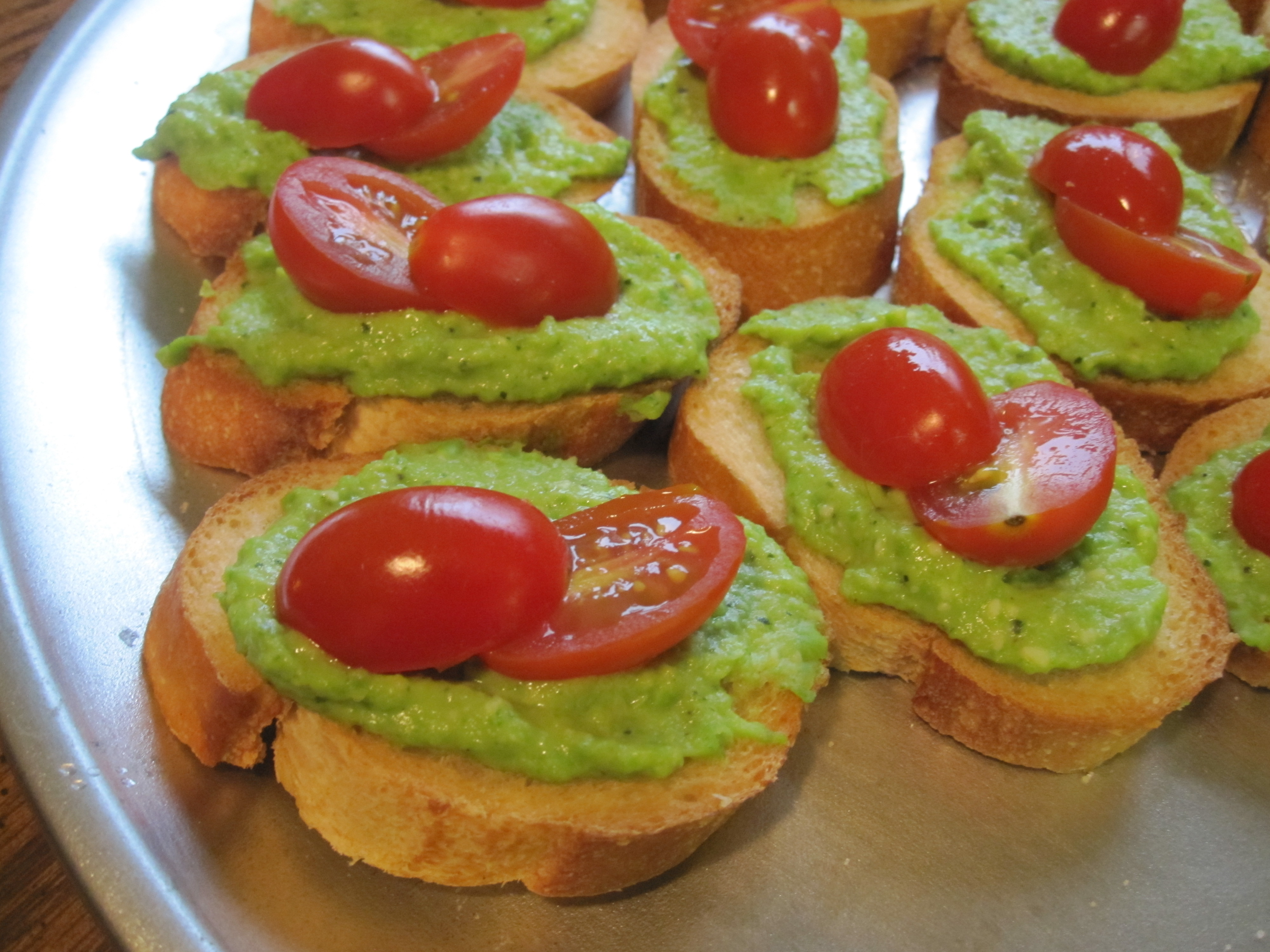 How festive is this red and green appetizer?! My cousin's scrumptious pea-mint pesto crostini.