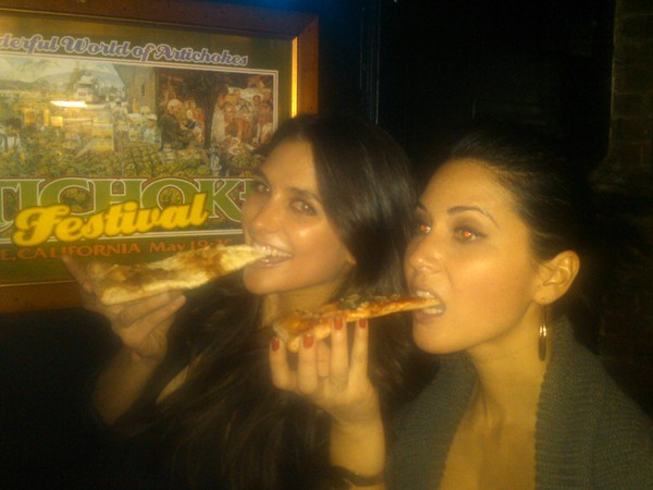 Olivia Munn grabbed a slice with a friend in NYC.
