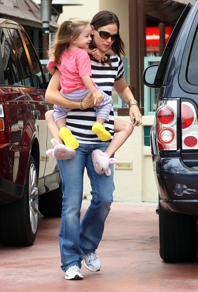 Jennifer Garner Gets a Bagel Brunch With Violet and Seraphina