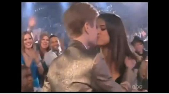Justin Bieber and Selena Gomez Kiss at the Billboard Music Awards