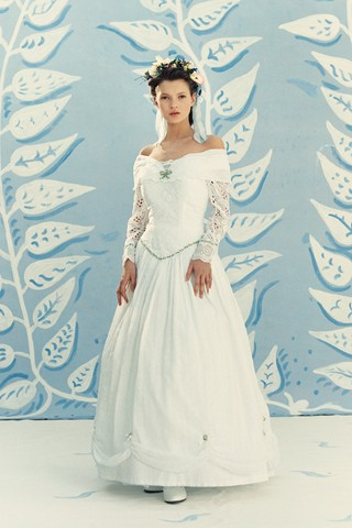 See a 17-Year-Old Kate Moss Modeling Wedding Dresses