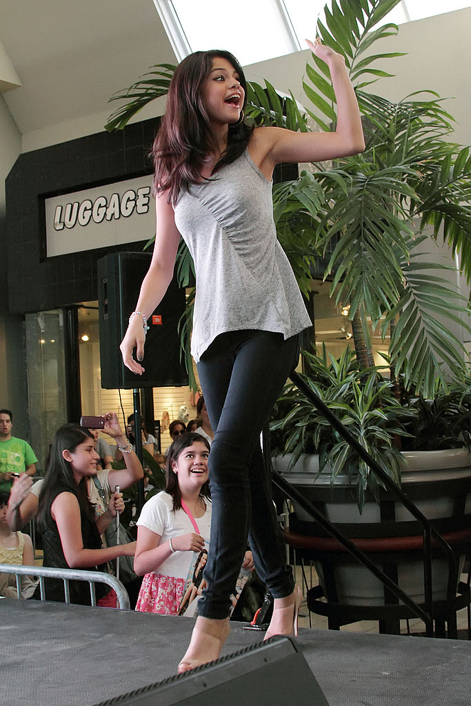 Selena Gomez waved to hundreds of fans in Miami's International Mall.