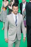 Josh Duhamel wore a plaid tie with his neutral suit.