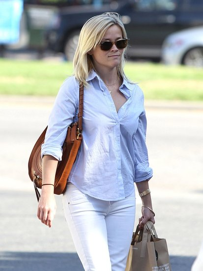 Reese Witherspoon stopped for groceries.