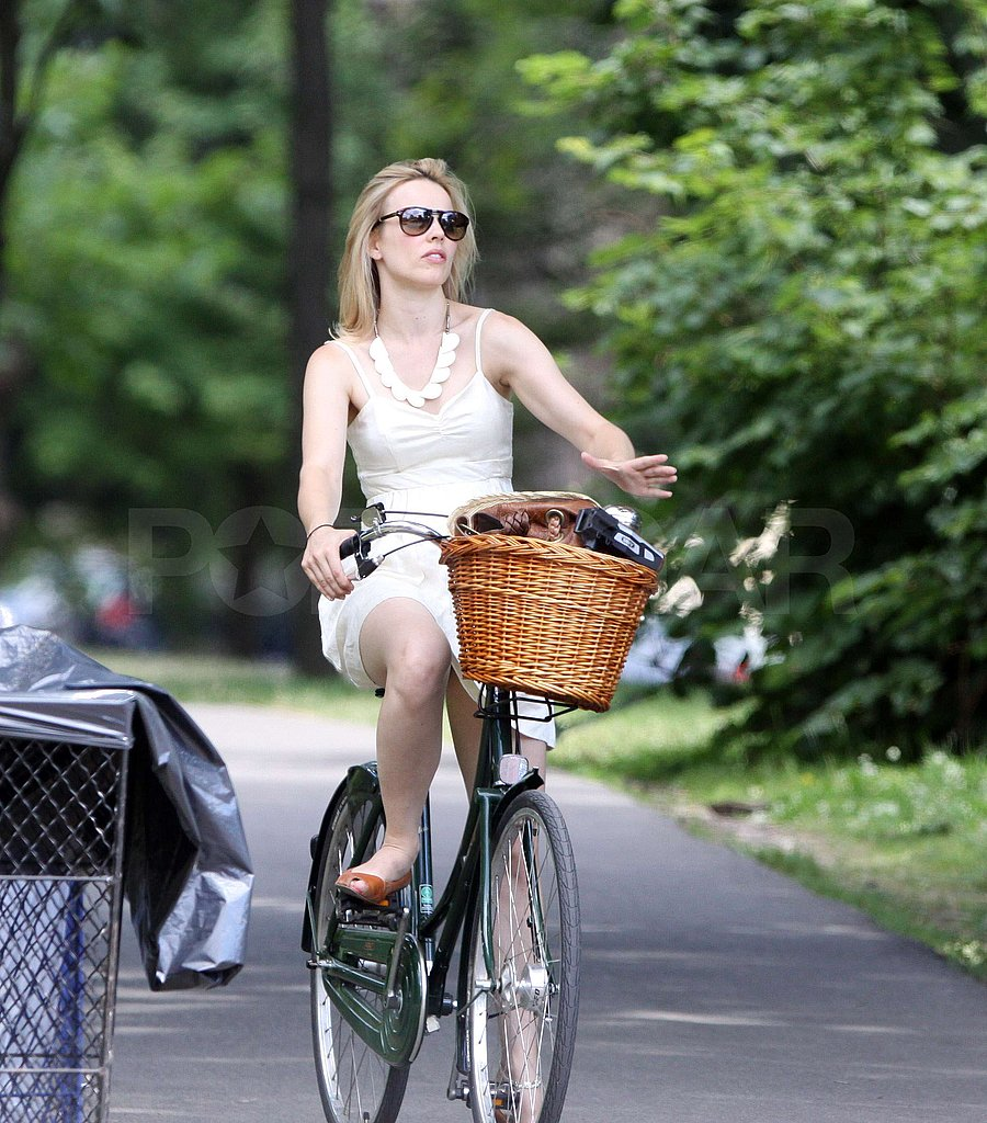 Rachel McAdams had a wicker basket on her bike.