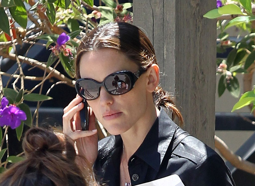 Jennifer Garner has lunch.