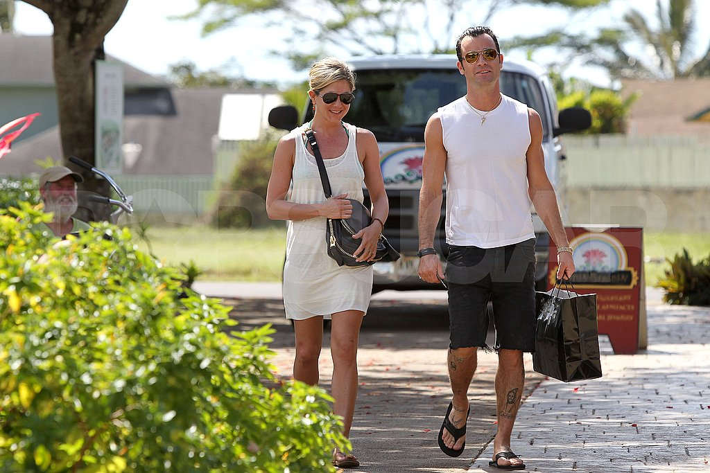 Jennifer Aniston and Justin Theroux buy a gift in Hawaii.