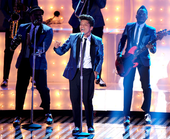 "Bruno Mars performed ""Valerie"" in a tribute to the late Amy Winehouse."