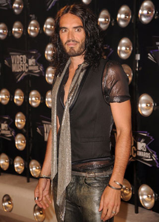 Russell Brand wore a scarf on the red carpet.