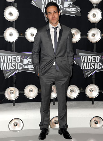 Pete Wentz wore a gray suit on the red carpet.