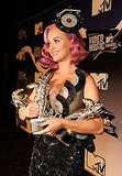 Katy Perry held her statuettes.