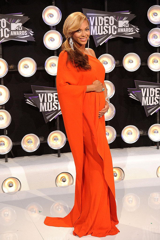Beyoncé Knowles announced her pregnancy on her way into the show!
