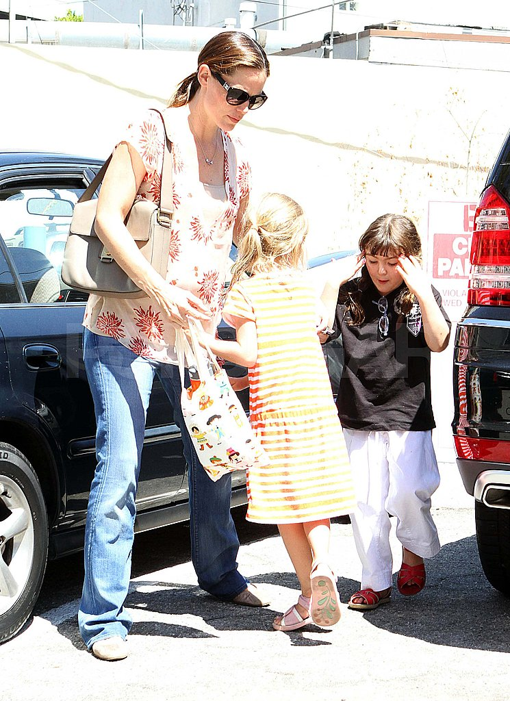 Pregnant Jennifer Garner in LA with Violet.