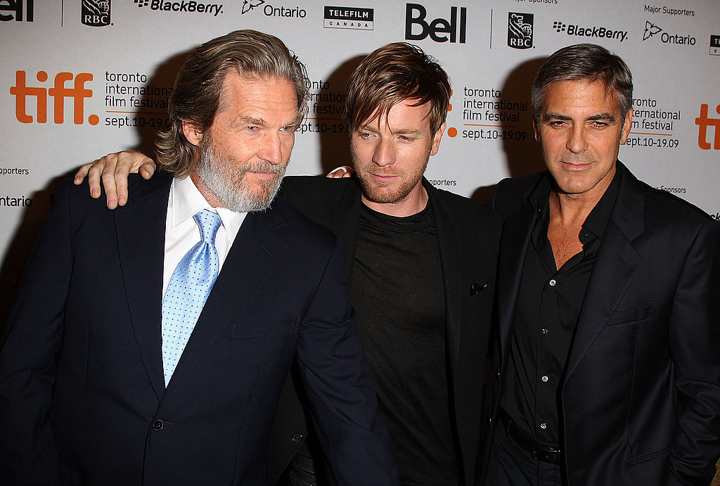 The Men Who Stare at Goats costars Jeff Bridges, Ewan McGregor, and George Clooney all wore dark suits for their 2009 press conference.