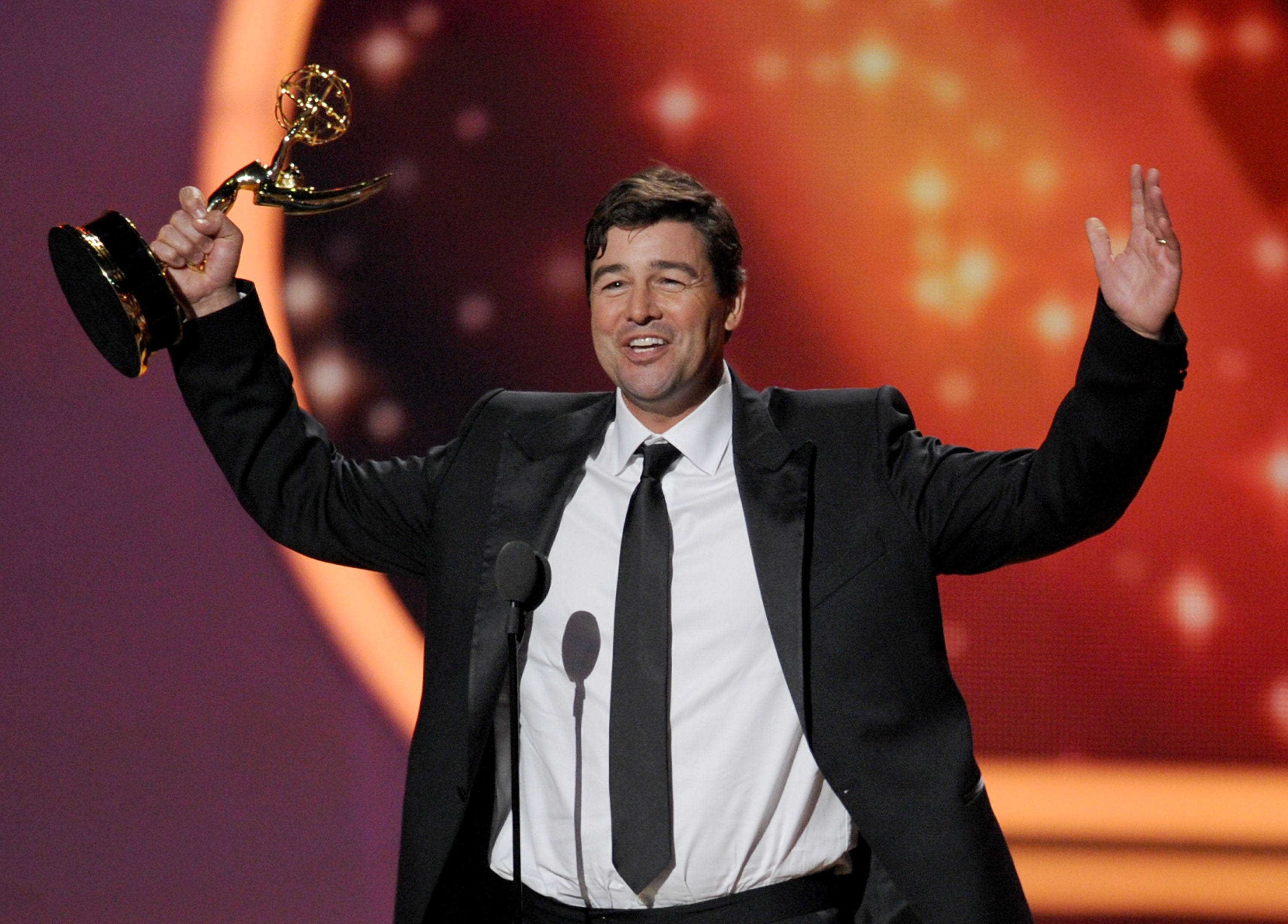 Kyle Chandler accepted his 2011 Emmy Award.