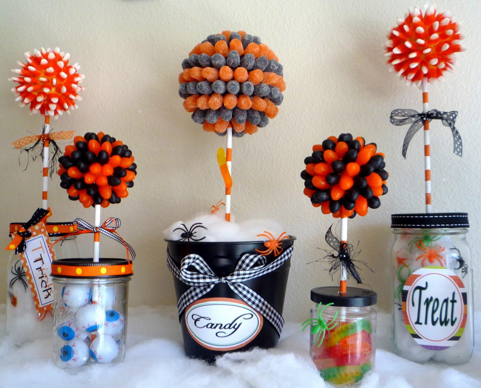 Halloween candy topiary get spooky 16 diy decor ideas for Centros de mesa para halloween
