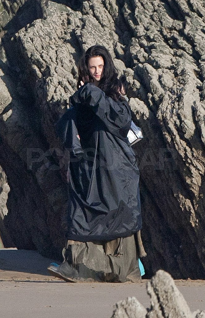 Kristen Stewart Shows Sexy Shoulder on the Set of Snow White and the Huntsman