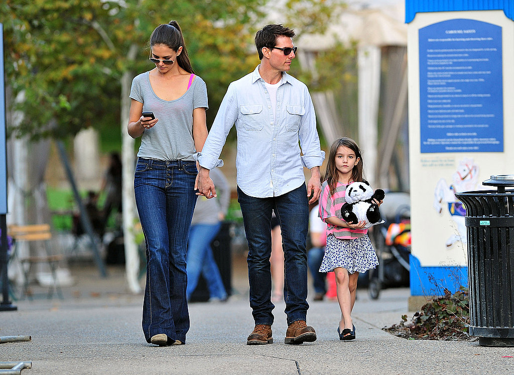 Tom Cruise and Katie Holmes walked around Pittsburg with Suri Cruise.