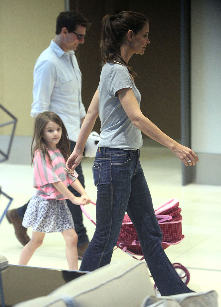 Tom Cruise and Katie Holmes took Suri Cruise for a walk in Pittsburg.