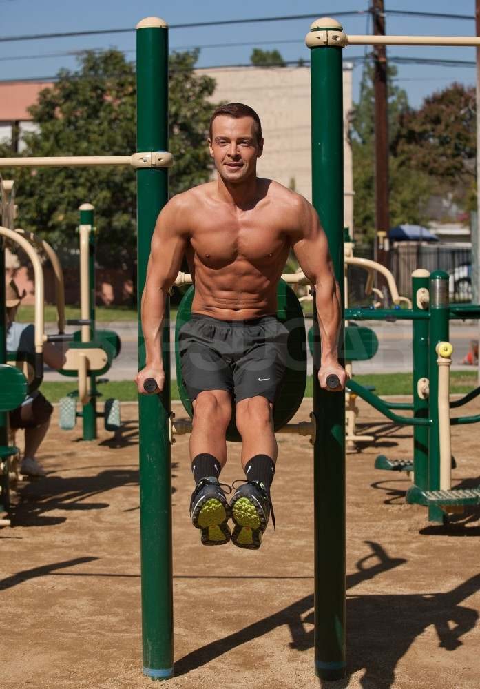 Joey Lawrence shows off his muscles.