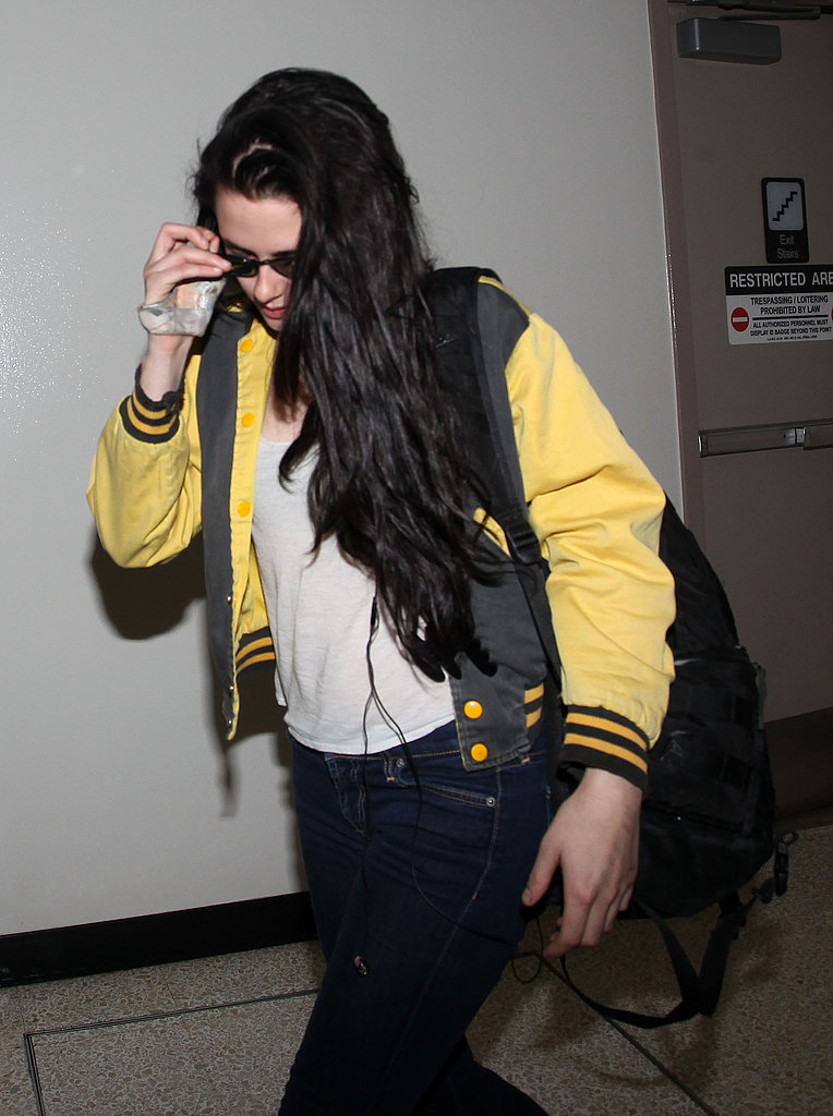 Kristen Stewart displayed her injured hand at the airport.