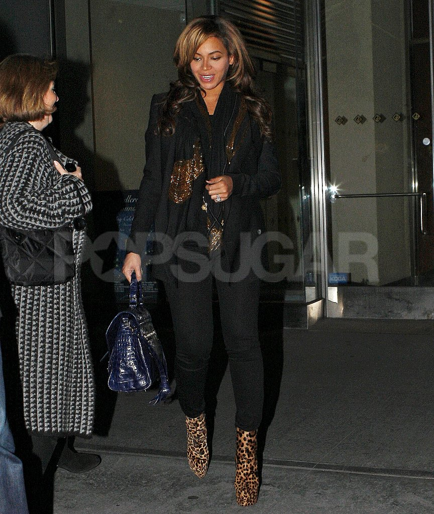 Beyoncé Knowles carried a bright blue purse.