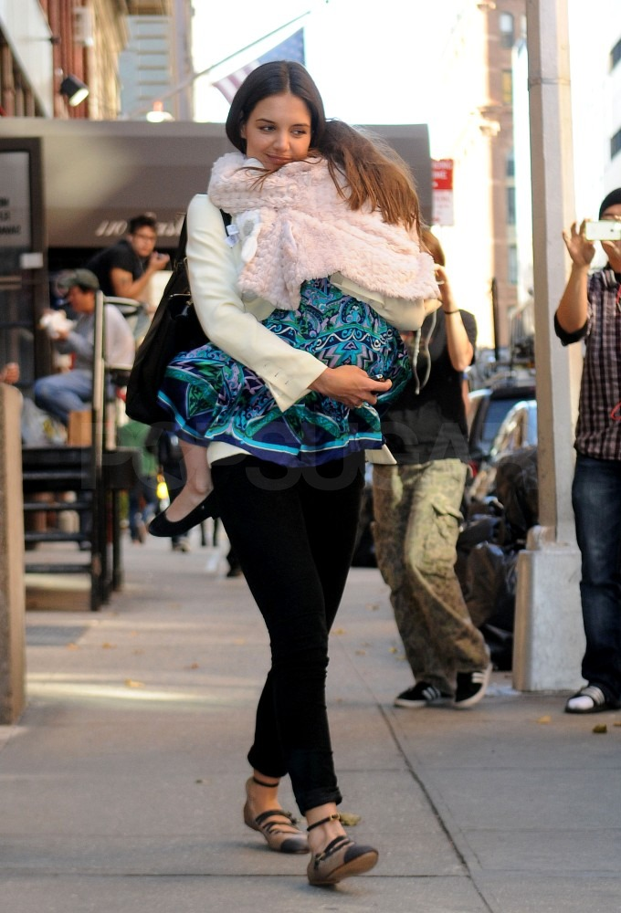 Katie changed into casual clothes and took Suri to an afternoon gymnastics class in NYC.