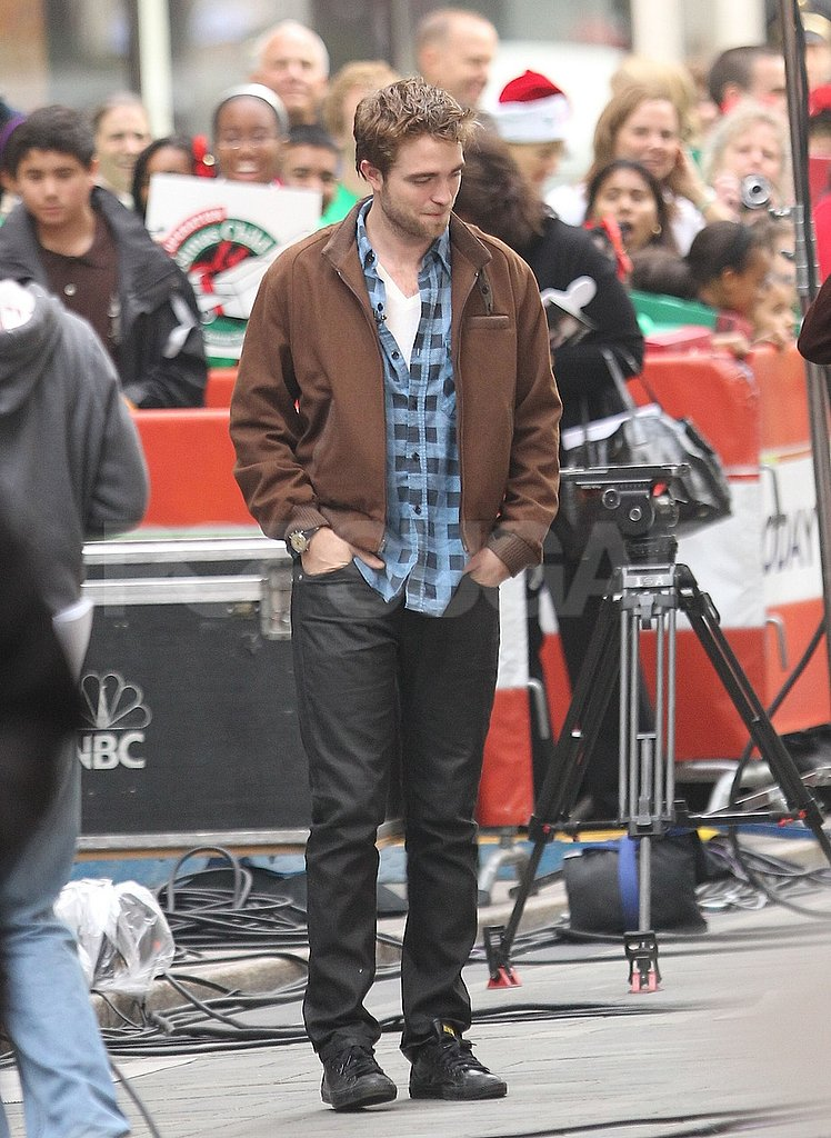 Robert Pattinson took a look around in NYC.