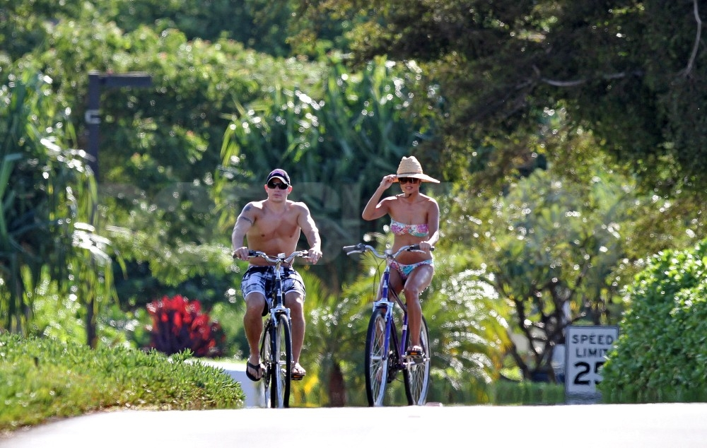 Nick Lachey and Vanessa Minnillo kept cool in Maui in their bathing suits.