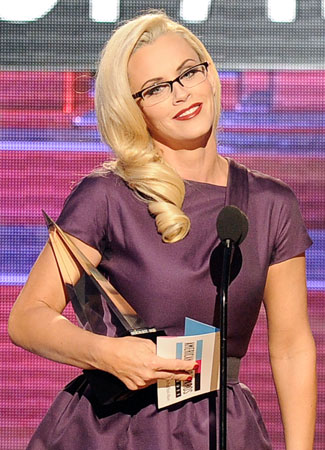 Jenny McCarthy donned a pair of glasses to present an award.