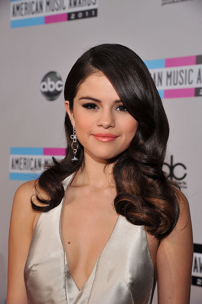 Selena Gomez looked pretty at the AMAs.