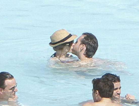 Anne Hathaway and Adam Shulman got romantic during their March trip to Rio.