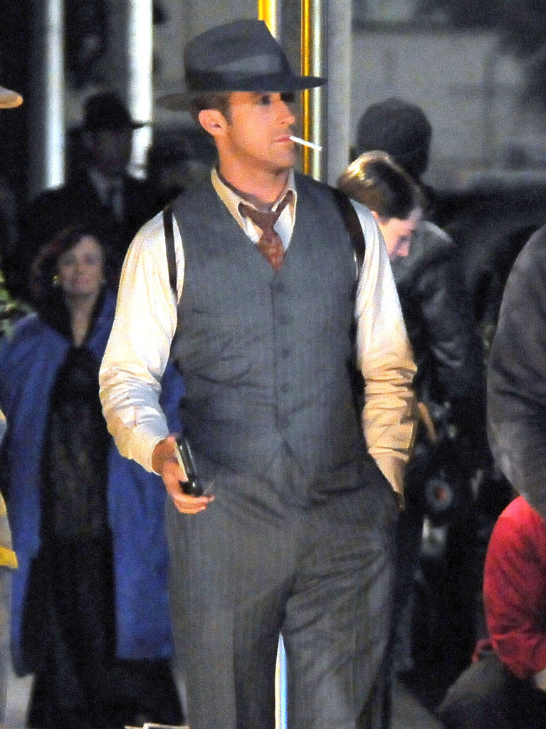 Ryan gosling holding gun on set of gangster squad pictures - Costume homme annee 30 ...