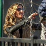 Gisele Bundchen pushed the boys on the swing set.
