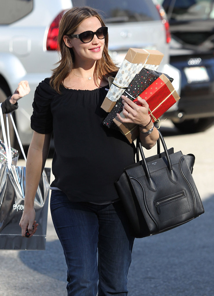 Jennifer Garner carried her gifts back to the car.