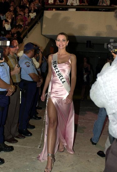 Miss Venezuela Eva Ekvall enters the San Juan Art and History Museum for the Miss Universe 2001 National Gift Auction in 2001.