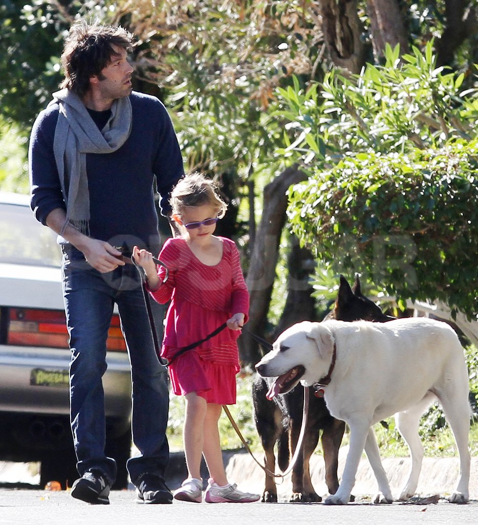 Ben Affleck helped Violet carry a leash.