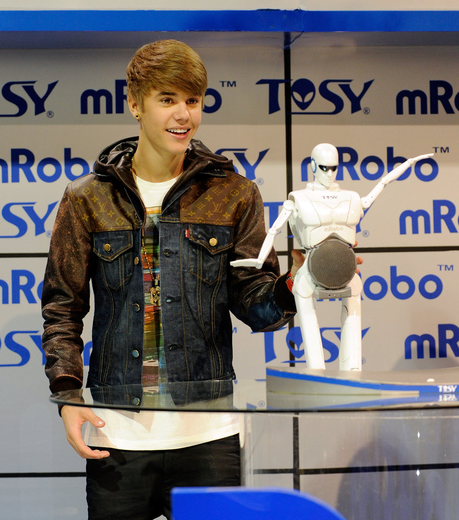 Justin Bieber Geeks Out With a Robot at CES
