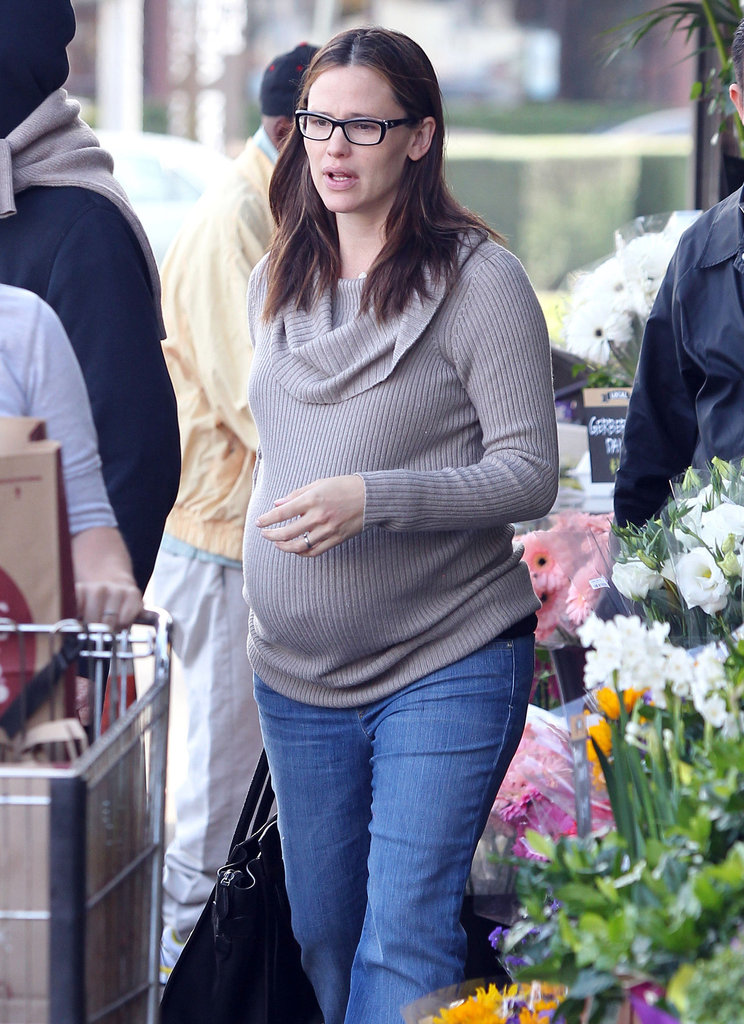 Pregnant Jennifer Garner stocked up on healthy snacks for her family.