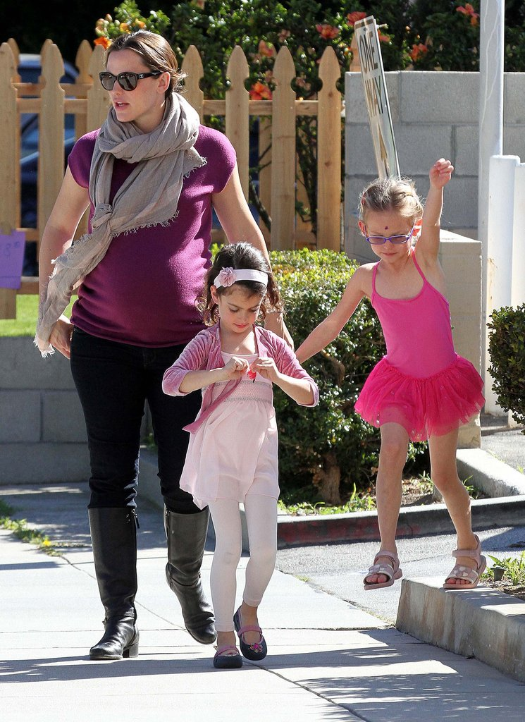 Jennifer Garner picked up Violet Affleck and a friend.