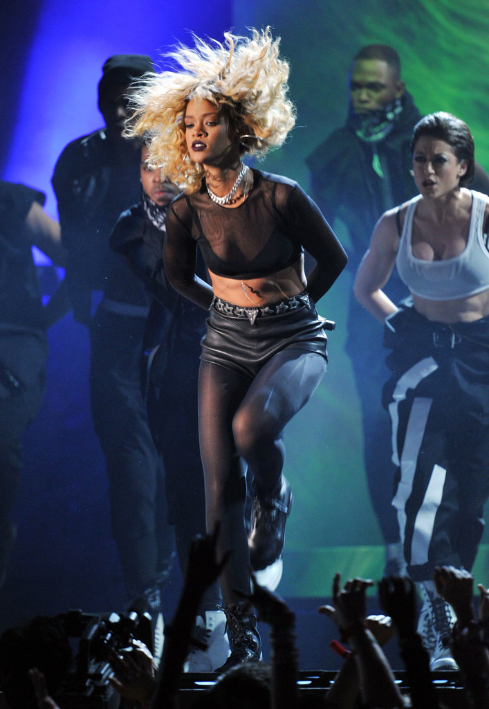 Rihanna performed a routine with her backup dancers.