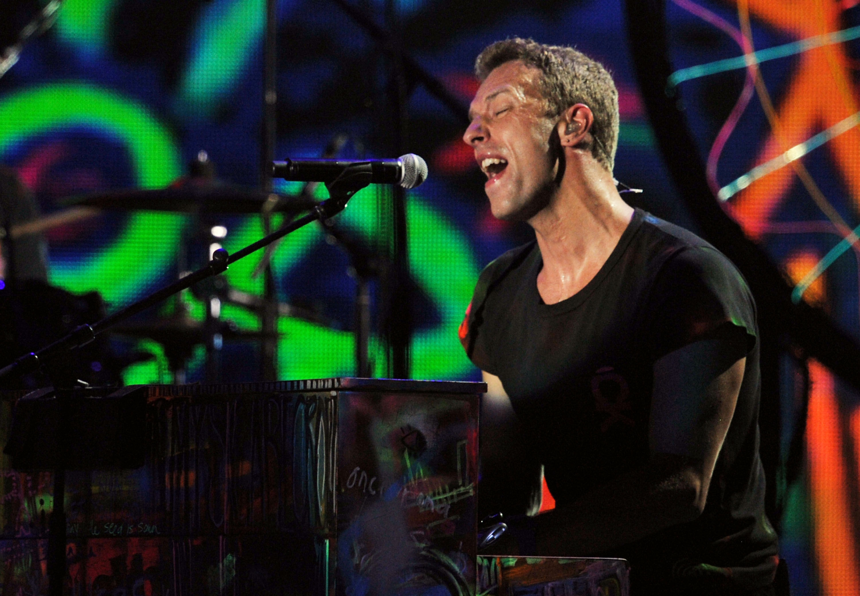 Chris Martin played the piano during Col