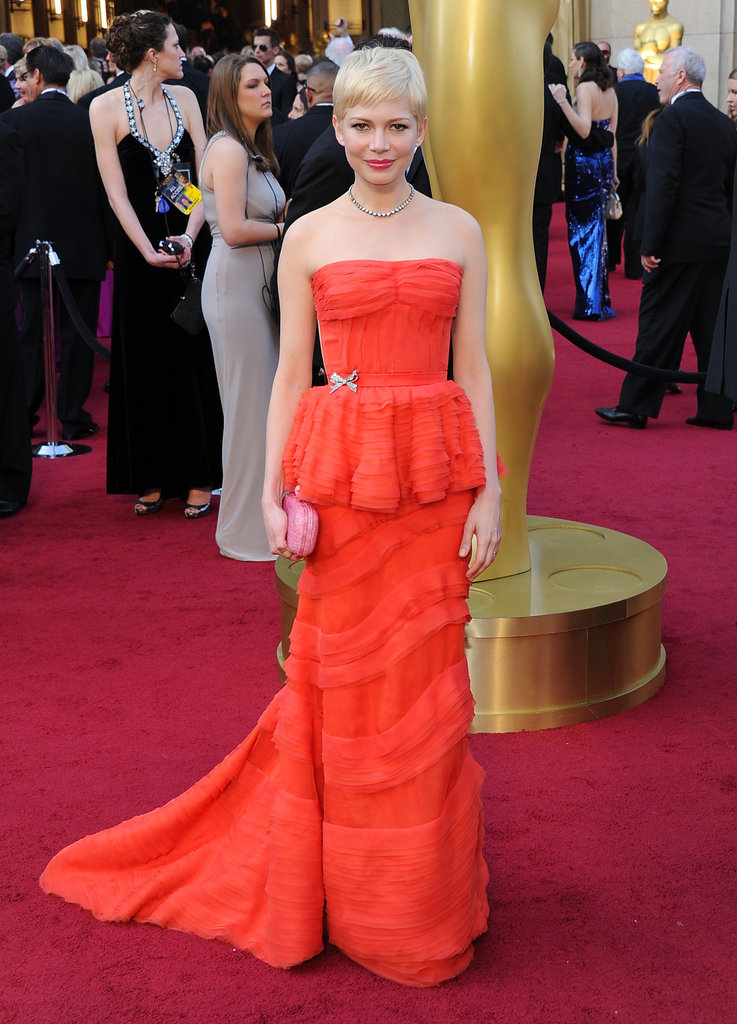 Michelle Williams posed in front of an Oscars statue.