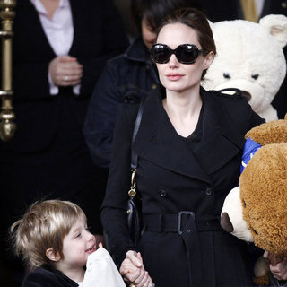 Angelina Jolie Shiloh & Zahara With Stuffed Animals Pictures